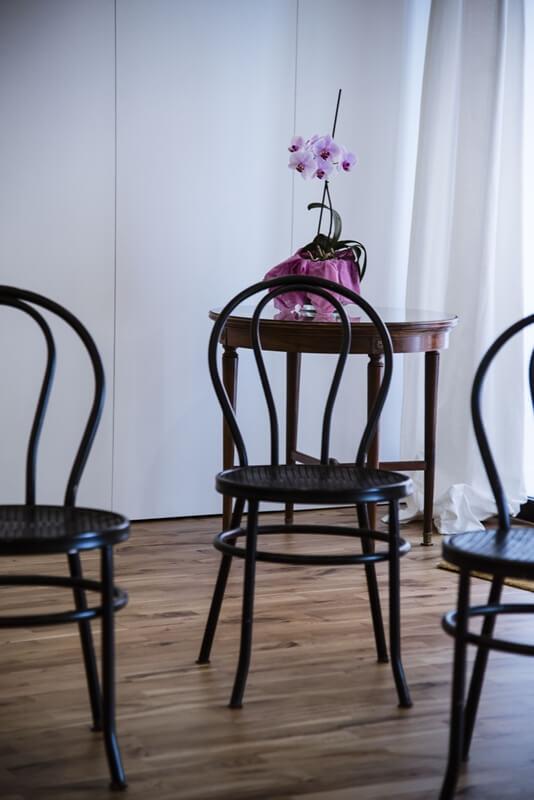 Espacio invisible mesas y sillas