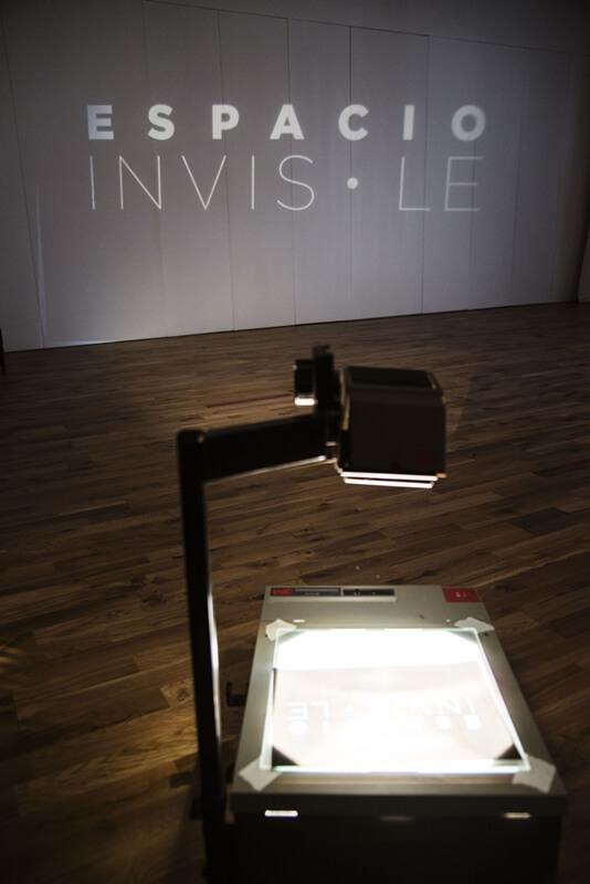 Sala de proyecciones en espacio invisible
