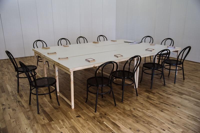 Mesa de trabajo sala espacio invisible
